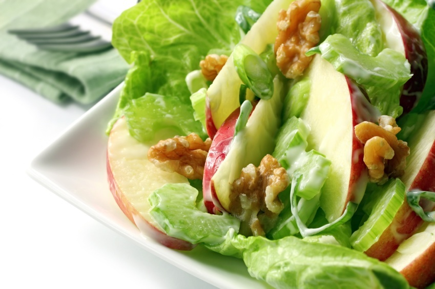 Ensalada de lechuga manzana y pollo en la cocina del hombre moderno - Diferentes ensaladas de lechuga ...